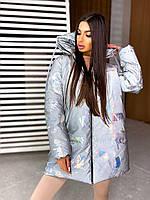 Светоотражающая зимняя куртка женская удлиненная с принтом и большим капюшоном (р. 42-46) 66kr563Е