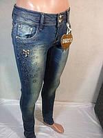 Женские джинсы зауженные украшенные аппликацией из страз