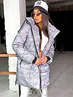 Светоотражающая куртка женская зимняя удлиненная с принтом милитари и большим капюшоном (р. 42-46) 66mku562Е