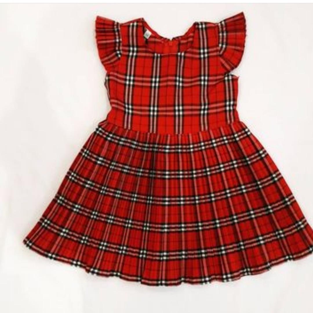 Червоне плаття для маленької дівчинки