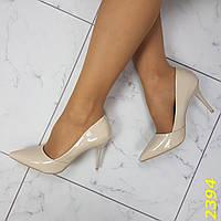 Женские лаковые туфли лодочки на шпильке с заостренным носком бежевые
