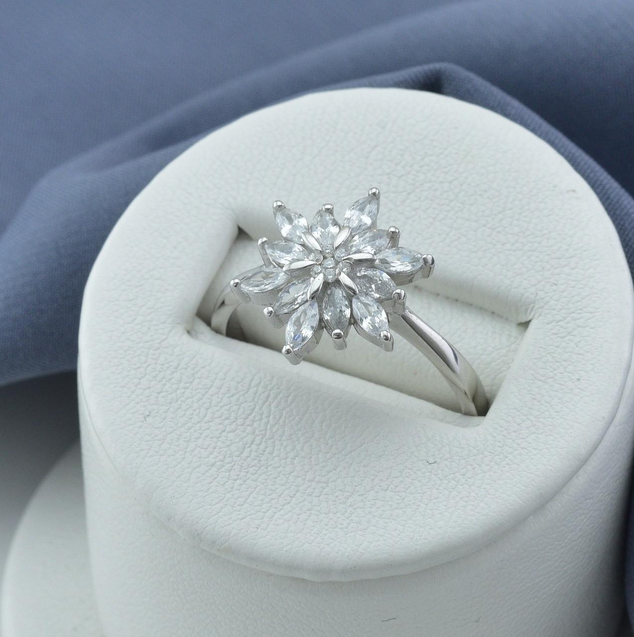 Серебряное кольцо размер 16 вставка белые фианиты вес 3.8 г