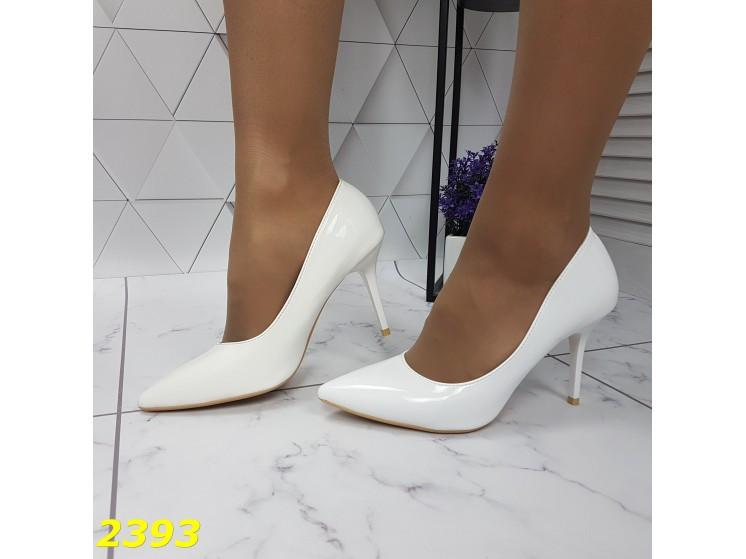 Туфли лодочки на низком каблуке белые К2393