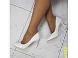 Туфли лодочки на низком каблуке белые К2393, фото 4