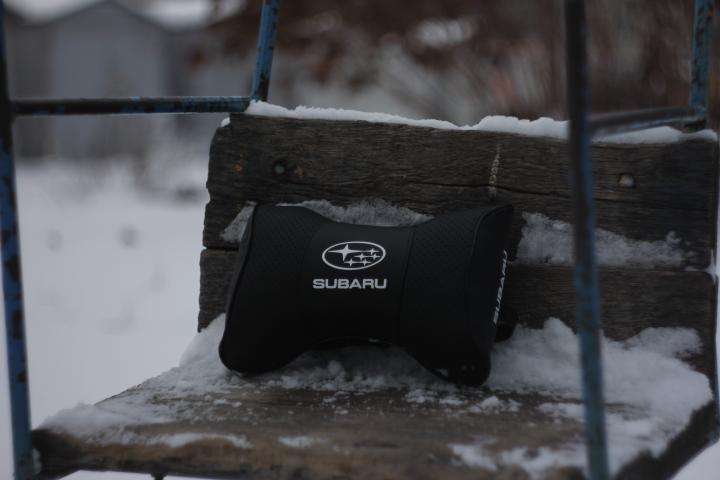 Автомобильная подушка подголовник  с маркой авто Subaru чёрная