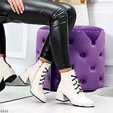 Эффектные светлые бежевые женские ботинки ботильоны на удобном каблуке, фото 10