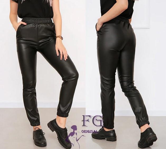 Стильные женские штаны из матовой экокожи на резинке с карманами