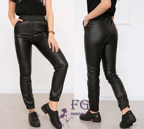 Стильные женские штаны из матовой экокожи на резинке с карманами, фото 2