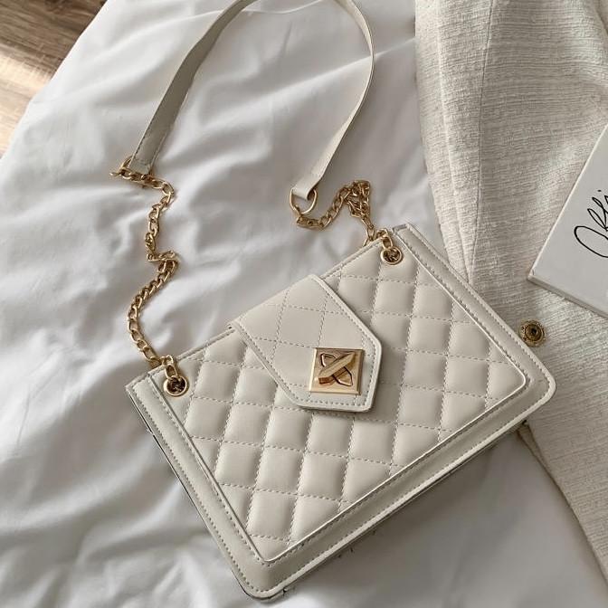 Женская классическая сумка на цепочке через плечо кроссбоди белая