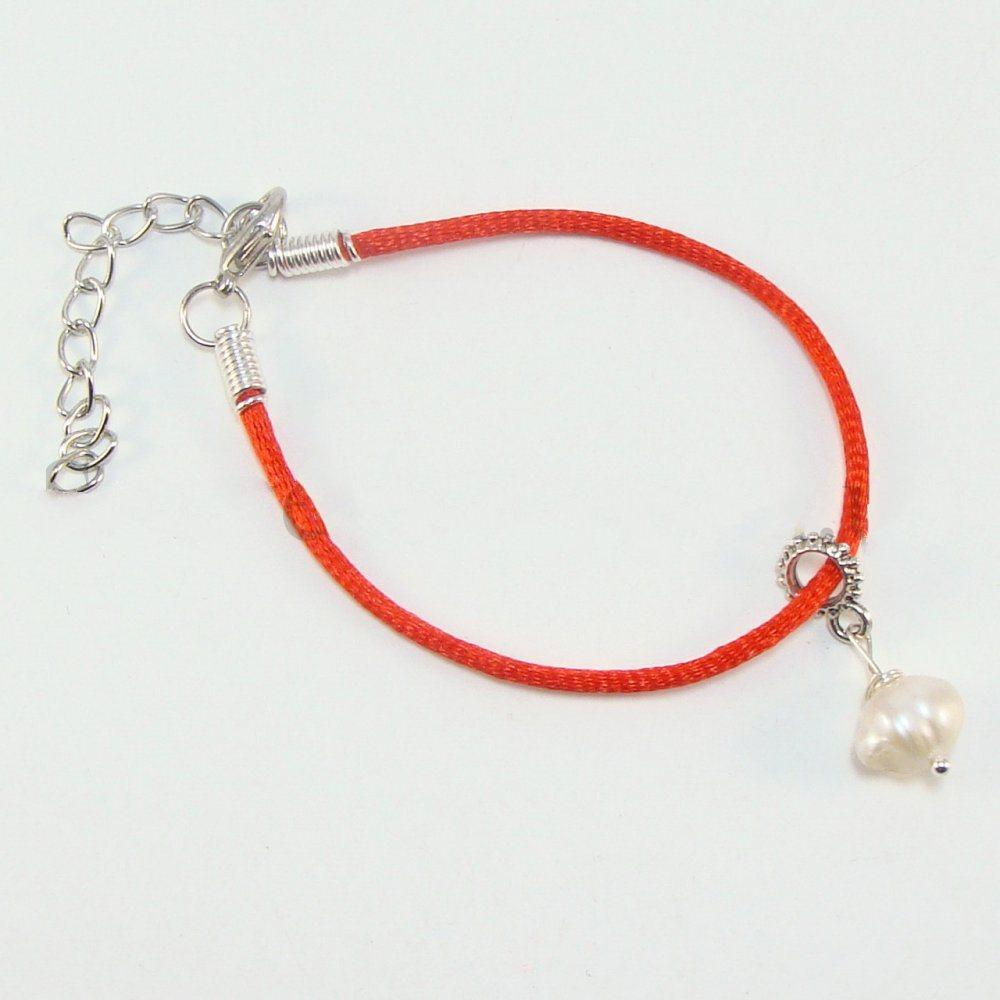 Браслет оберіг з червоної нитки з білим перлами