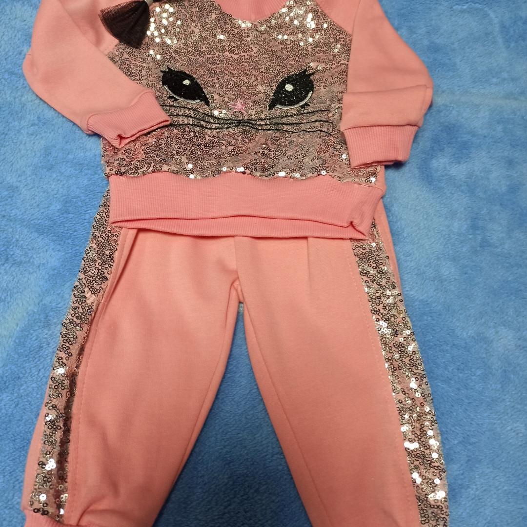 Нарядный модный красивый костюм для девочки с пайетками. В комплект входит кофта и штаны.
