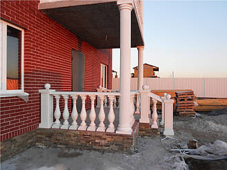 У нас Вы можете заказать балюстраду выполненную по технологии мрамор из бетона. Наши изделия имеют идеальную глянцевую поверхность под мрамор и не нуждаются в покраске и дополнительной обработке.