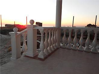 В данном проекте была использована белая балюстрада с балясинами B3, мрамор из бетона. Срок службы изделий  не менее 20 лет под открытым небом. Балясины и балюстрада обладают высокой прочностью и плотность.