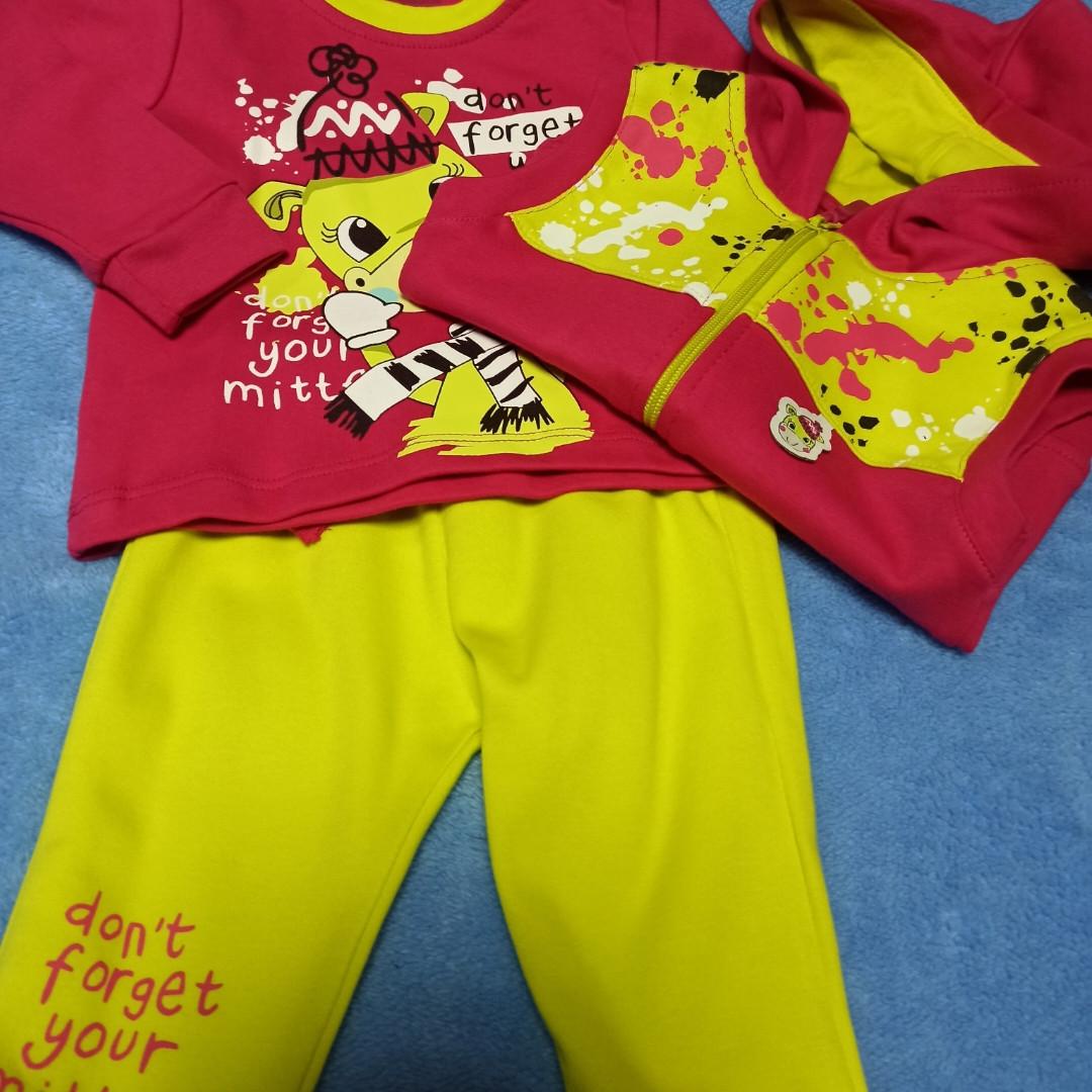 Нарядный модный красивый яркий костюм для девочки. В комплект входит водолазка. штаны и жилет с капюшоном.