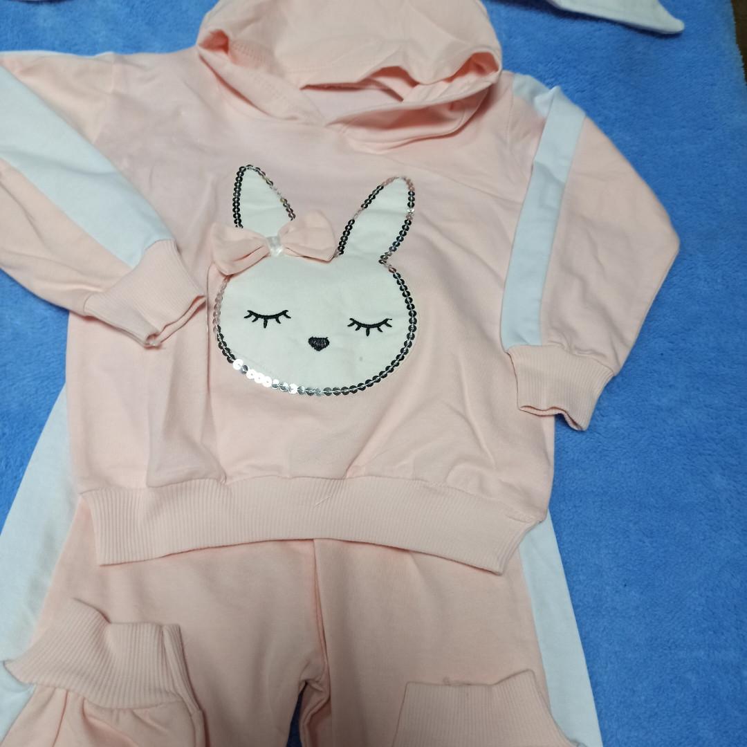 Нарядный модный красивый костюм для девочки. В комплект входит кофта с аппликации и штаны.