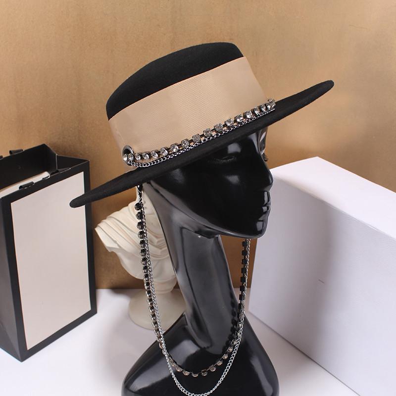 Шляпа женская фетровая канотье с широкими полями, декором, камнями и цепочкой черная