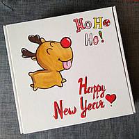 Новогодняя подарочная картонная коробка Новогодний Олень 24*30*9 см с ручной росписью и бумажным наполнителем.