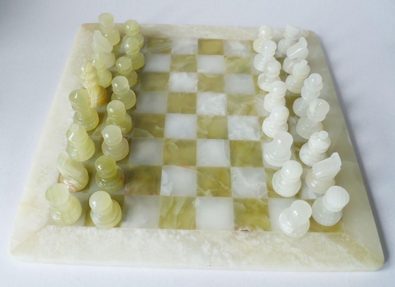 Шахматы из оникса \ нефрита натуральный камень в подарочной упаковке