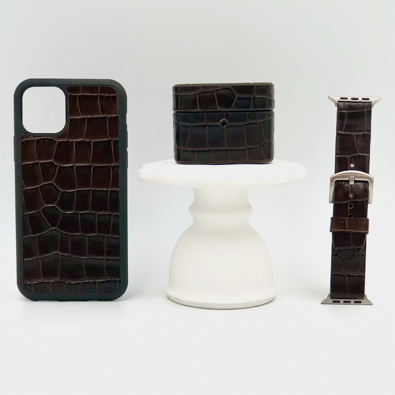 Набор из чехла для iPhone, чехла для AirPods и ремешка для Apple Watch темно-коричневого цвета