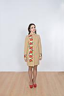 Классическое пальто в бежевом цвете декорировано украинской вышивкой