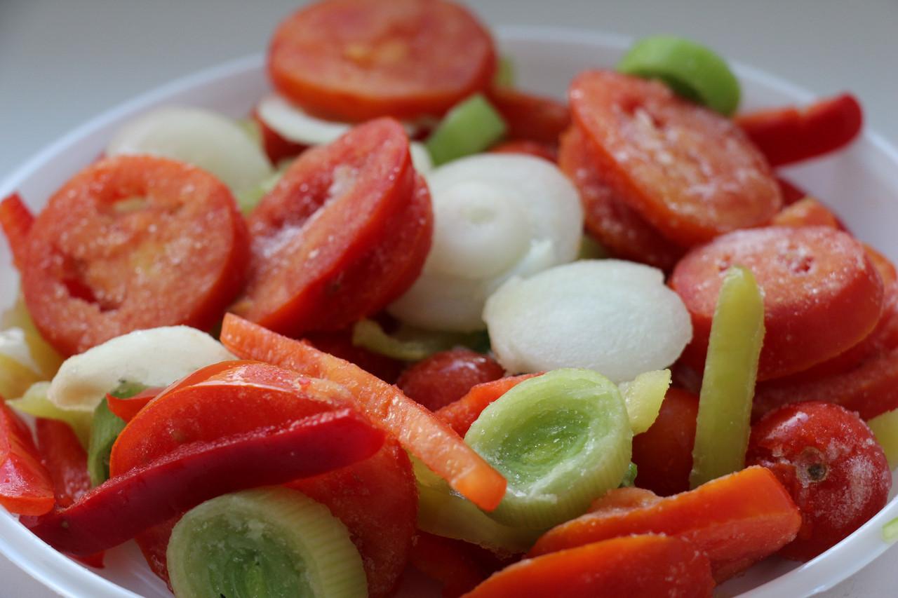 Овощи для яичницы(томат,перец,томат черри,лук репчатый)