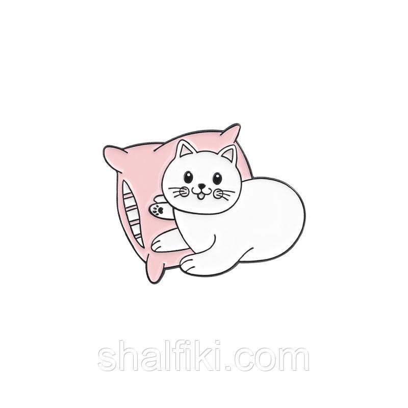 """Белій кот на подушке"" значок (пин) металлический"
