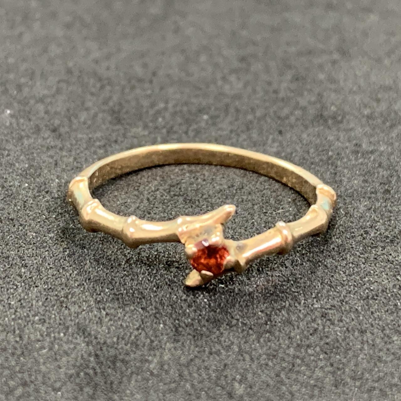 Золотое кольцо БУ 585 пробы со вставкой из граната, вес 1,37