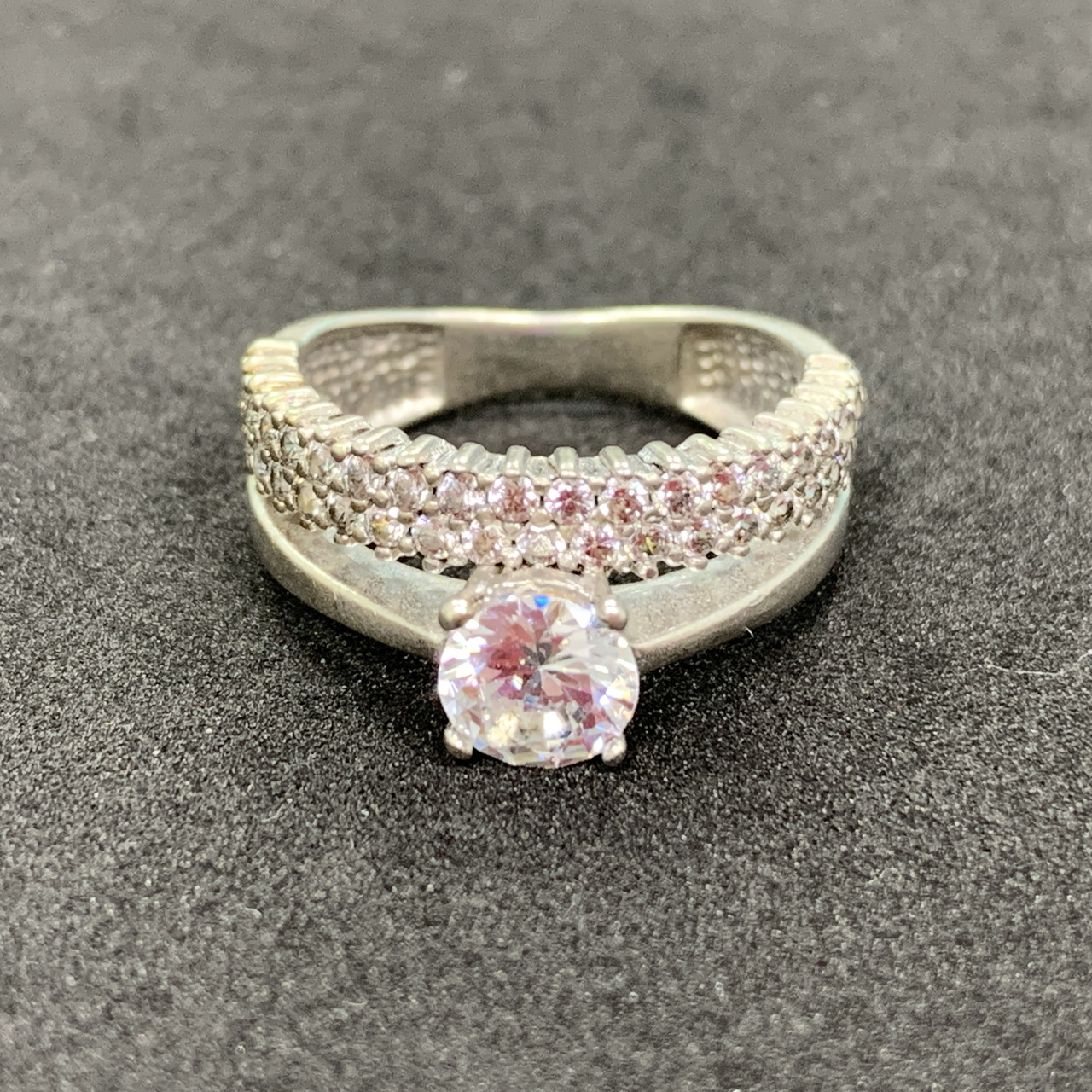 Серебряное кольцо 925 пробы с фианитами, размер 16,5. Вес - 4.01 г. Б/у. Продажа из ломбарда
