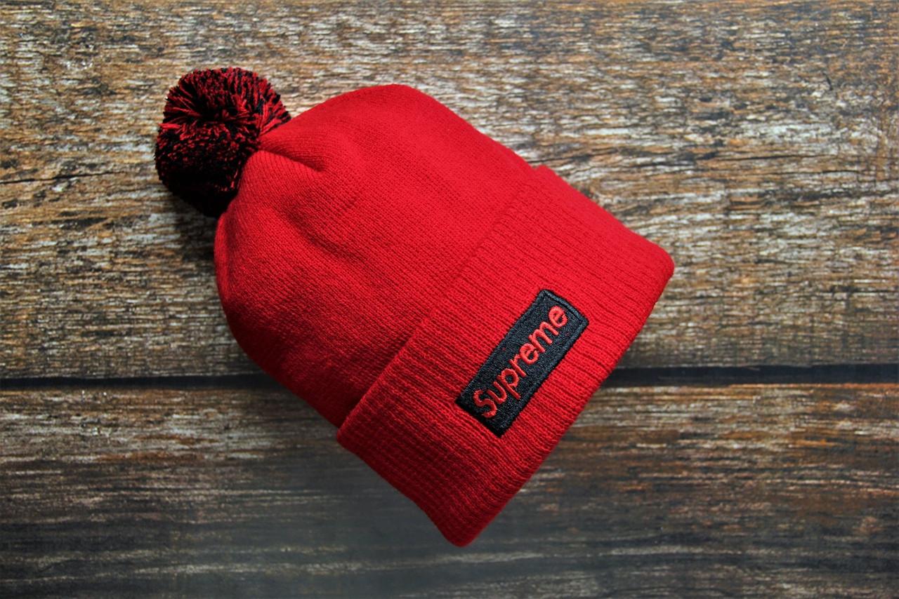 Мужская шапка Supreme красного цвета с помпоном. Зимняя мужская шапка Supreme с бубоном красная.