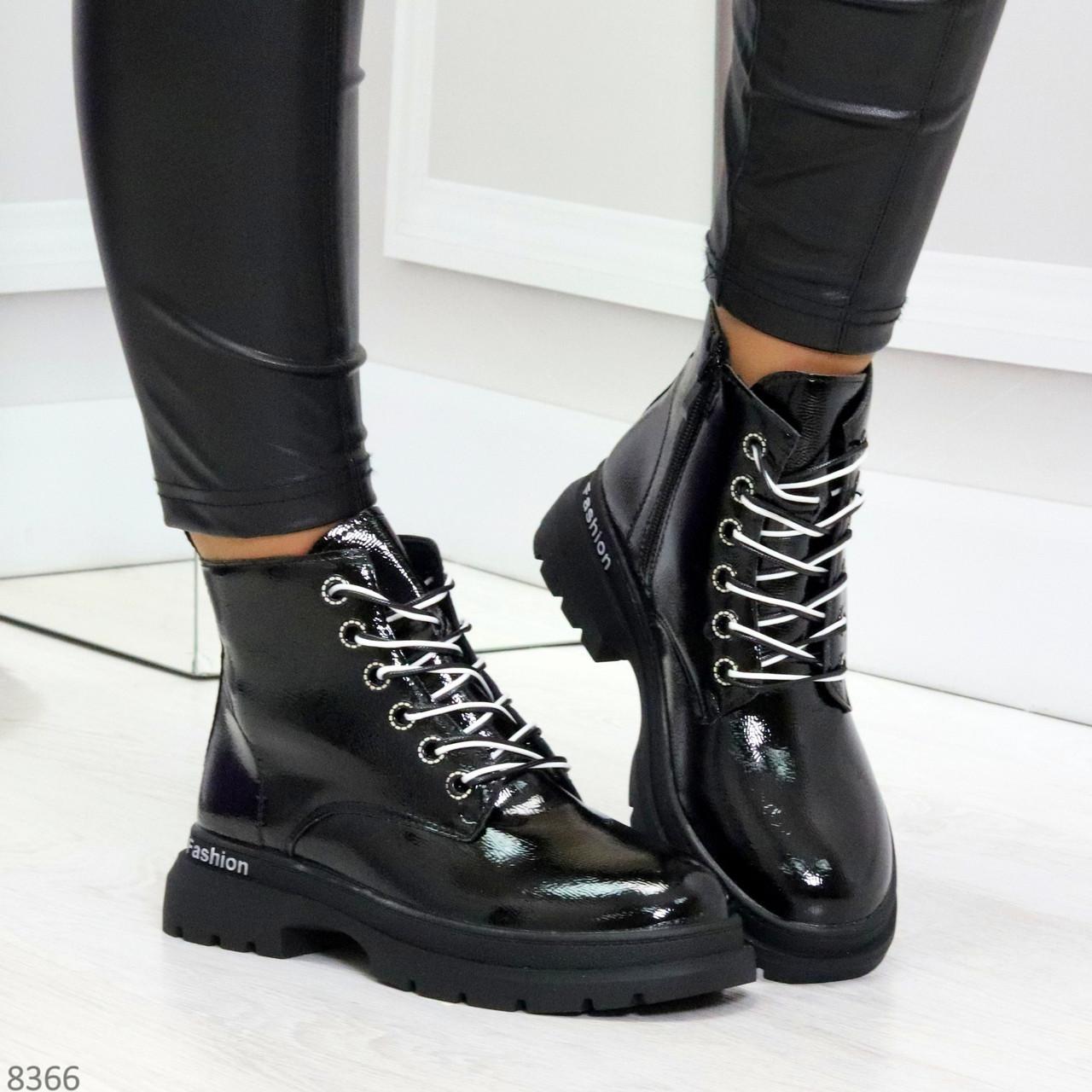 Модные черные глянцевые демисезонные женские ботинки на белой шнуровке