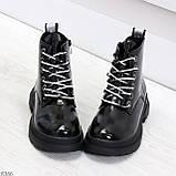 Модные черные глянцевые демисезонные женские ботинки на белой шнуровке, фото 2