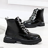 Модные черные глянцевые демисезонные женские ботинки на белой шнуровке, фото 6