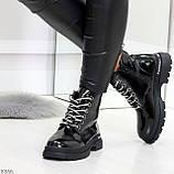 Модные черные глянцевые демисезонные женские ботинки на белой шнуровке, фото 8