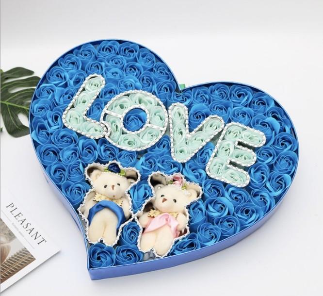 Подарочный набор в форме сердца мыло из роз и двумя плюшевыми мишками