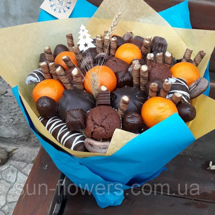 Букет с маффинами, шоколадом и мандаринами.