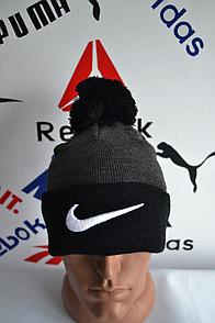 Шапка Nike серо-черно цвета с балабоном