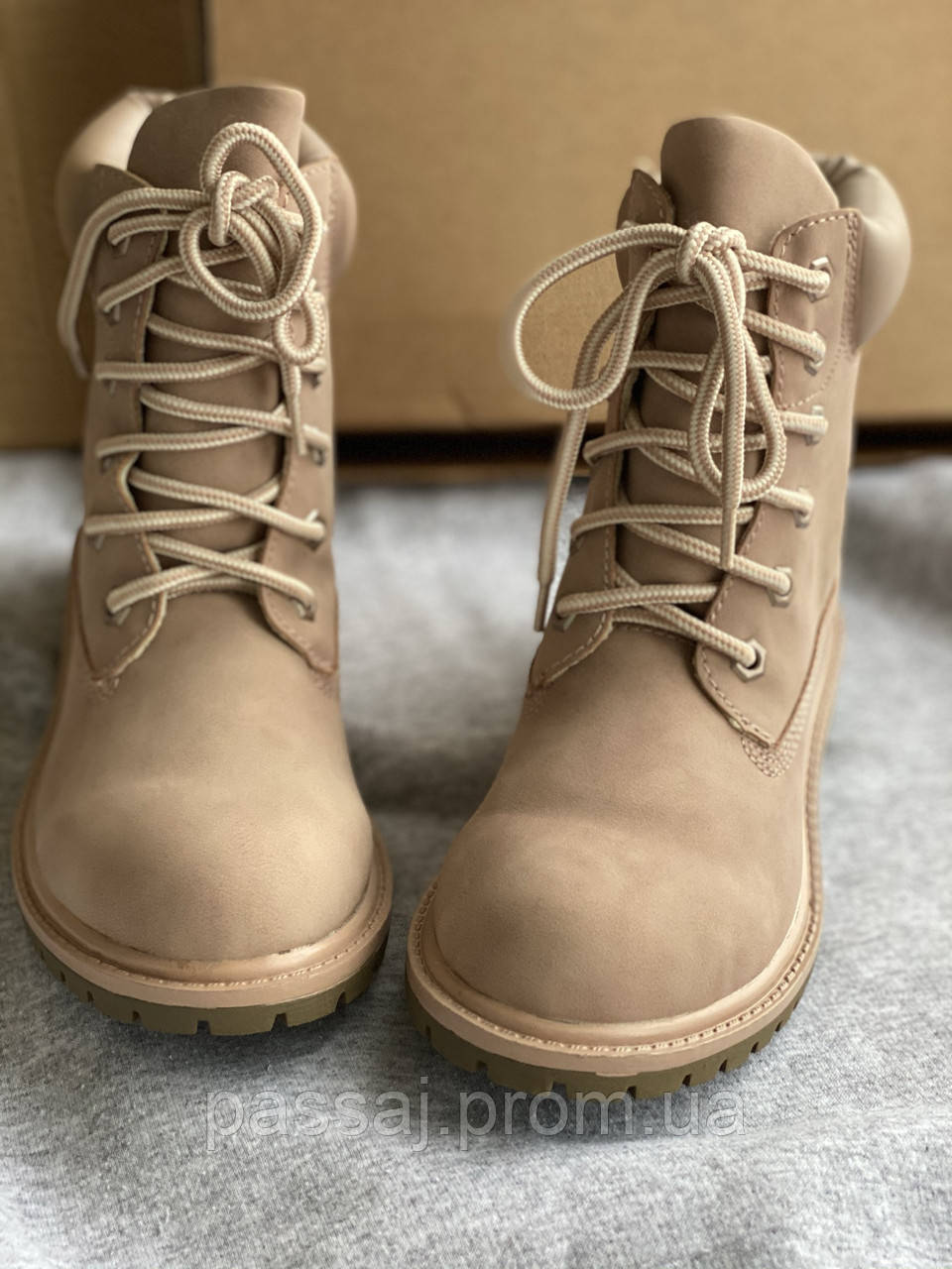 Светлые ботинки необычного цвета американского бренда unionbay