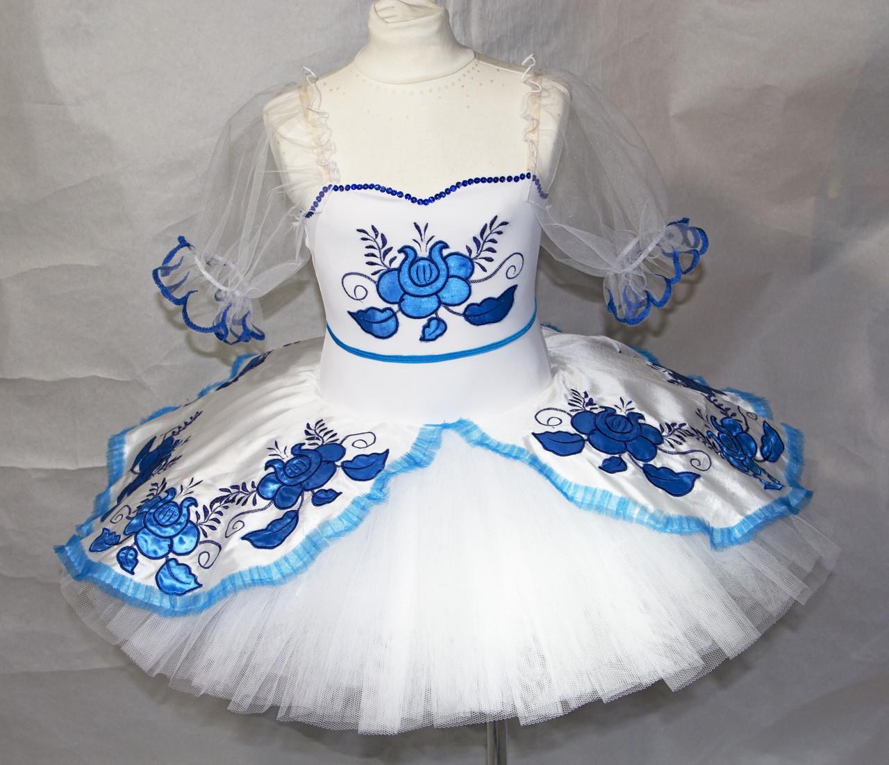 Классическая белая пачка с голубыми цветами