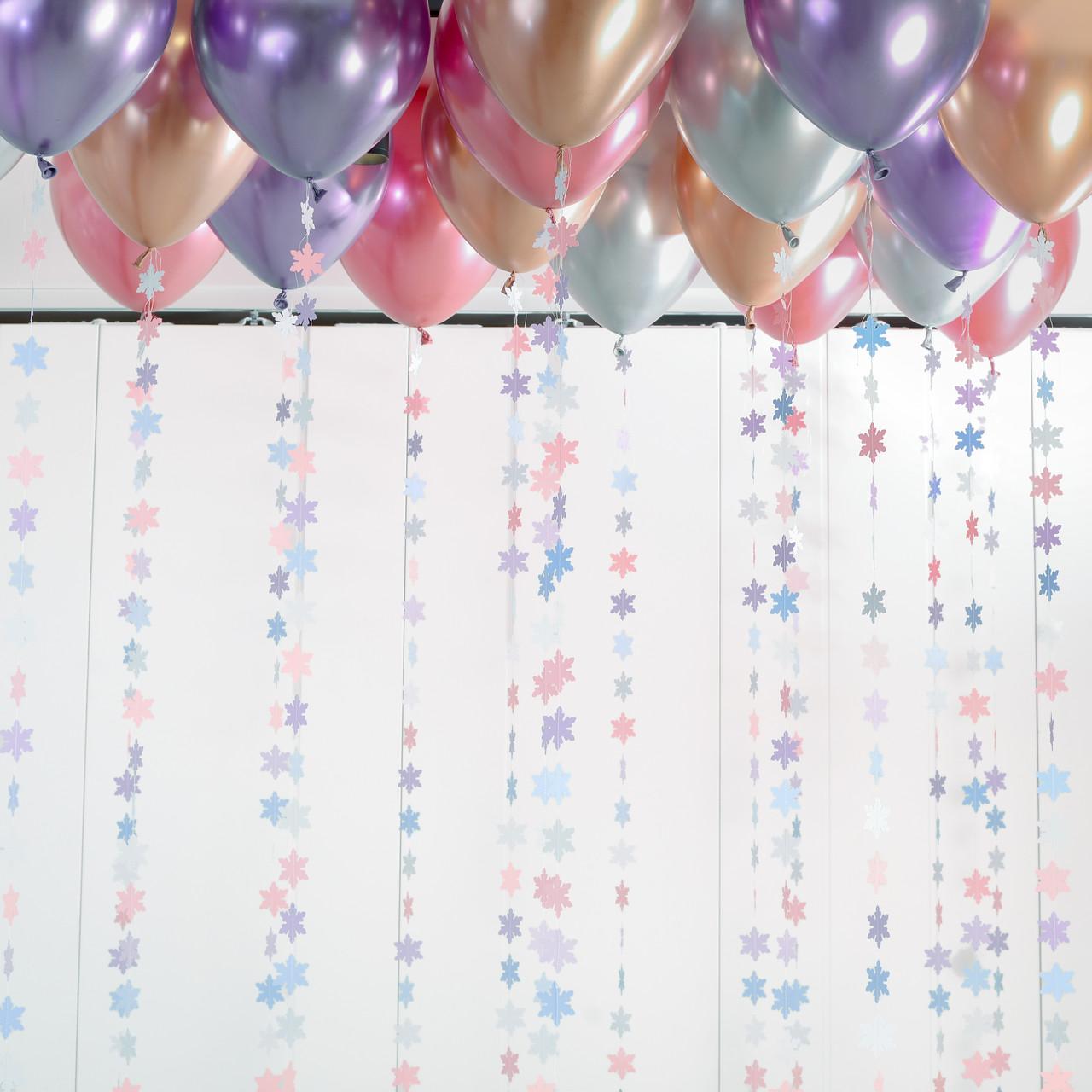 20 хромированных шаров под потолок с гирляндами снежинки