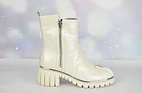 Стильные зимние женские ботинки Verendina лак беж
