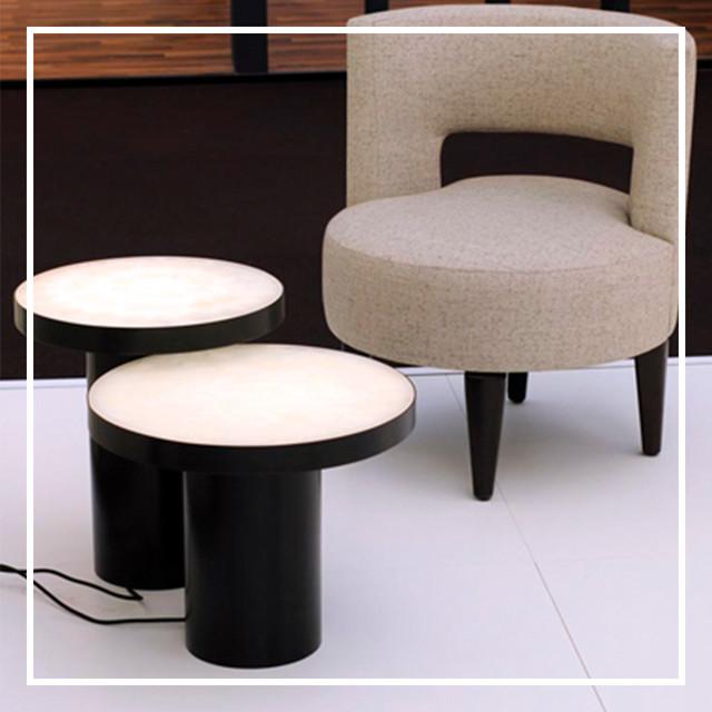 Стол из белого оникса с подсветкой.