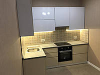 Кухня без ручек с фасадами из пластика на основе МДФ произвольной конфигурации. На фото - 2,4м (прямая кухня)