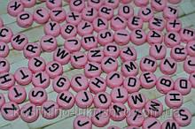 Бусина круглая   розовая с черной буквой английский алфавит от A до Z  7 мм