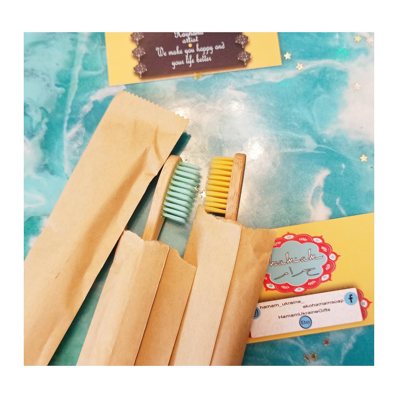10 шт Бамбукові зубні щітки у паперових пакетах.