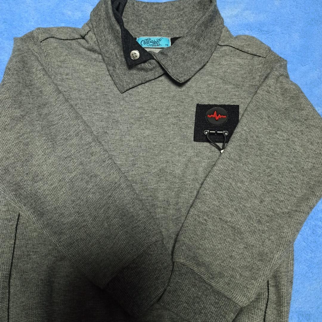 Джемпер модный красивый нарядный стильный классический серого цвета для мальчика. Рукав на манжете.