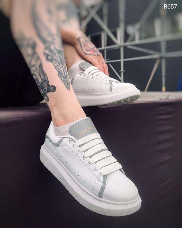 Женские кроссовки Alexander McQueen в стиле александр маккуин белые Рефлектив (Реплика ААА+)