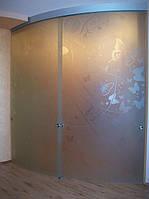 Радиусные раздвижные двустворчатые стеклянные двери с пескоструйным рисунком