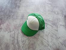 Зеленая кепка тракер с белой лобовой частью
