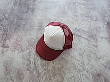 Бордовая кепка тракер с белой лобной частью