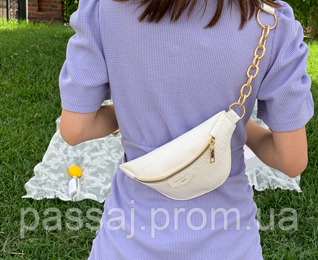 Нежная белая сумка бананка, поясная сумка на ремне